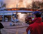 La passerelle du centre commercial est en flammes..
